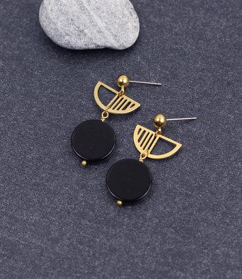Boucles d'oreilles clous demi-cercles noires dorees